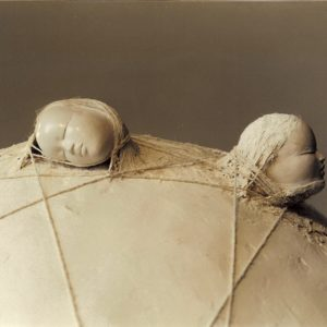 Distance et hasard (Détail) - 2004, plâtre et terre cuite, diam. 63 cm