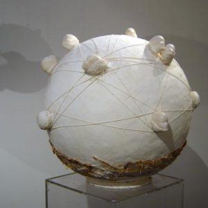 Distance et hasard - 2004, plâtre et terre cuite, diam. 63 cm
